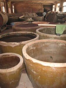 Het mengen van de gemalen en gezeefde klei met water (ChinesePottery op teachat.com)