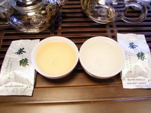 Silver Needle, de kleur van de thee. Rechts highest grade